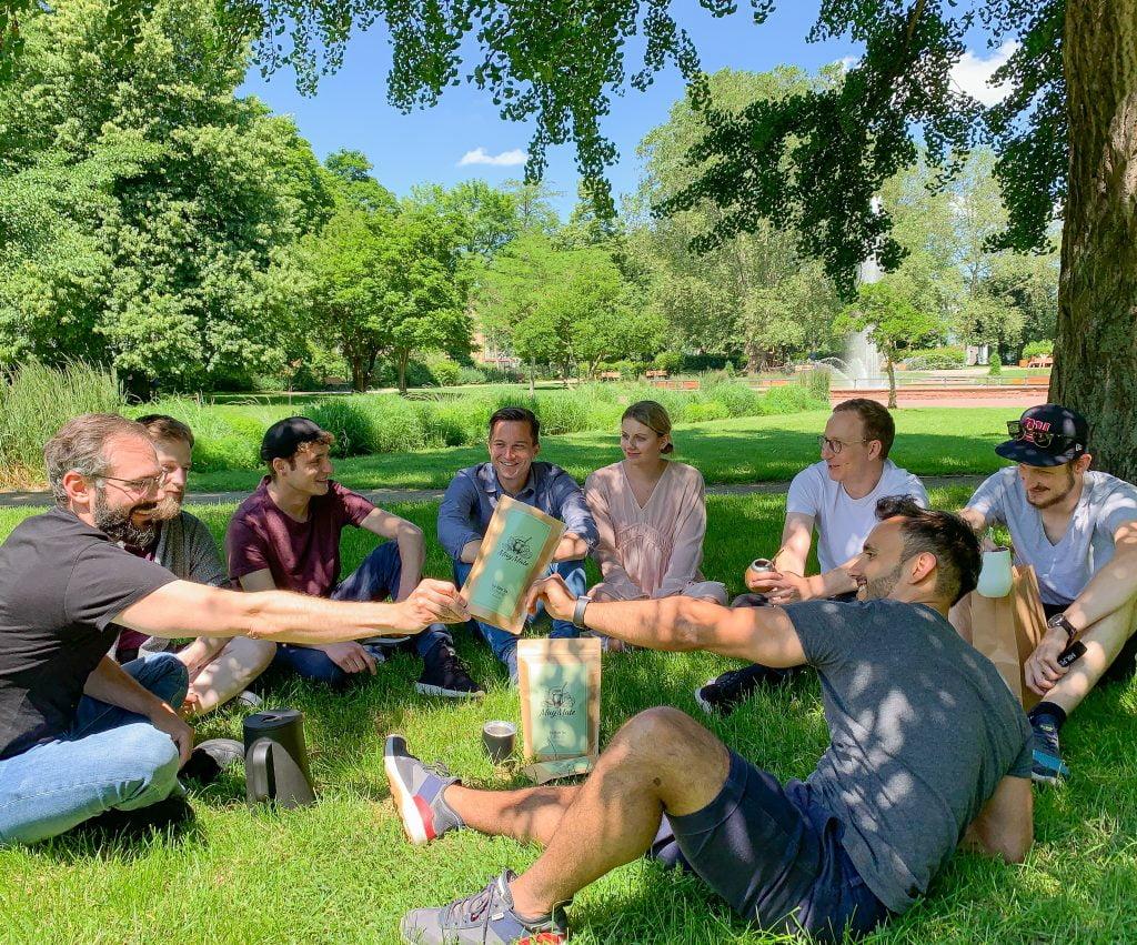 MuyMate Team trinkt Mate im Park