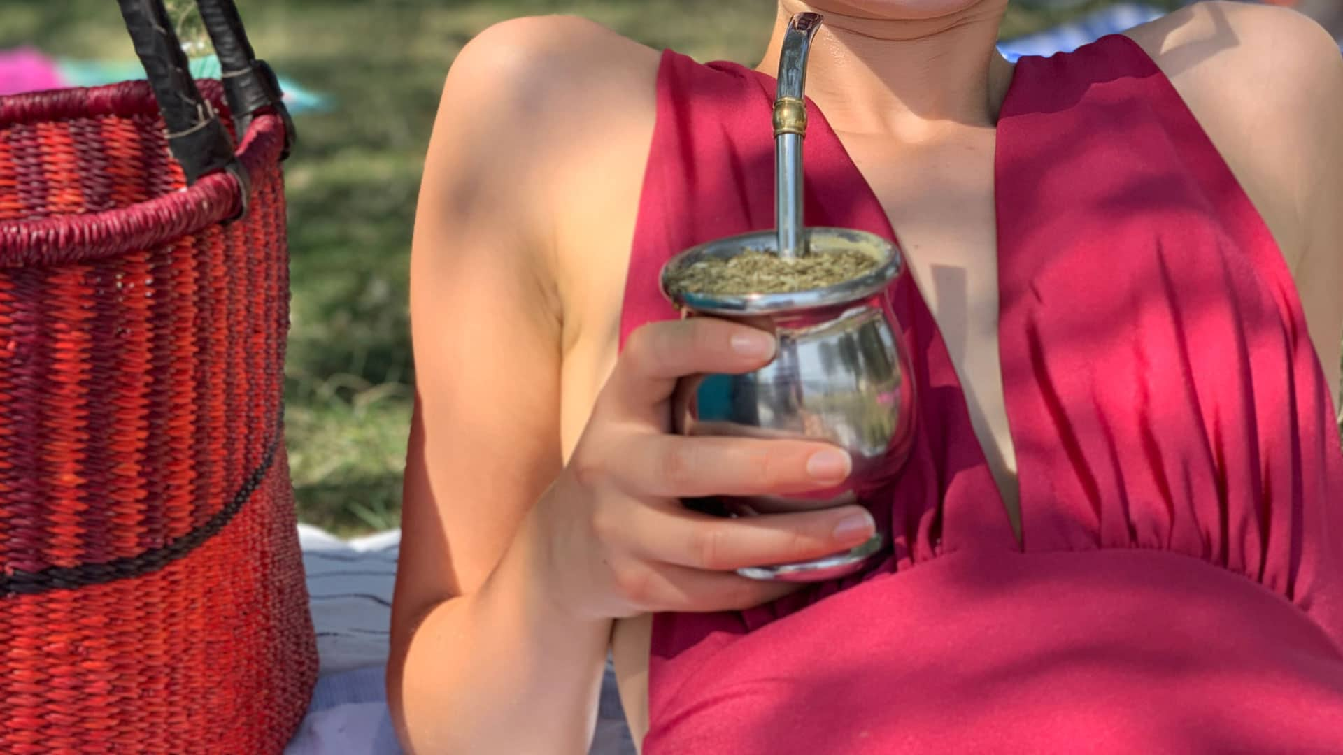 Frau trinkt Mate
